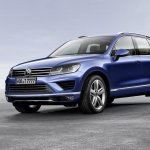 2015 VW Touareg front three quarters press shot