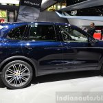 2015 Porsche Cayenne side angle at the Paris Motor Show 2014