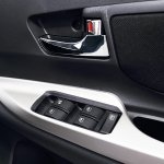 2015 Toyota Grand New Veloz window controls press image