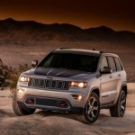 2017 Jeep Grand Cherokee Trailhawk front three quarters