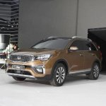 Kia KX7 front three quarters left side second image