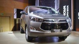 नेक्स्ट-जेनेरेशन Toyota Innova हो सकती है हाइब्रिड इंजन से लैस : रिपोर्ट