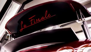 """Final Bugatti Veyron has """"La Finale"""" inscribed on its wing [Update]"""