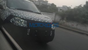 2018 Mahindra XUV500 (facelift) spy shots reveal new headlamps