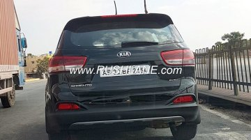 Pre-facelift Kia Sorento spotted on highway in India - Video