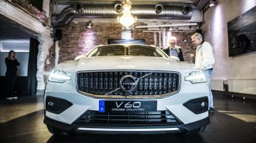 2019 Volvo V60 Cross Country - In 10 live images