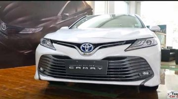 2019 Toyota Camry Hybrid detailed in a walkaround video