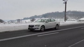 2019 Skoda Superb (facelift) spied on its home turf [Video]