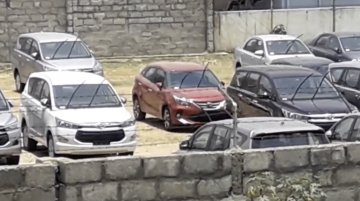 Red Toyota Glanza spied at a dealer stockyard [Video]