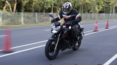 Bs Vi Tvs Apache Rtr 200 4v Review Action Shots 17