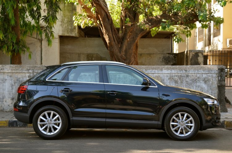Side profile of the Audi Q3 petrol