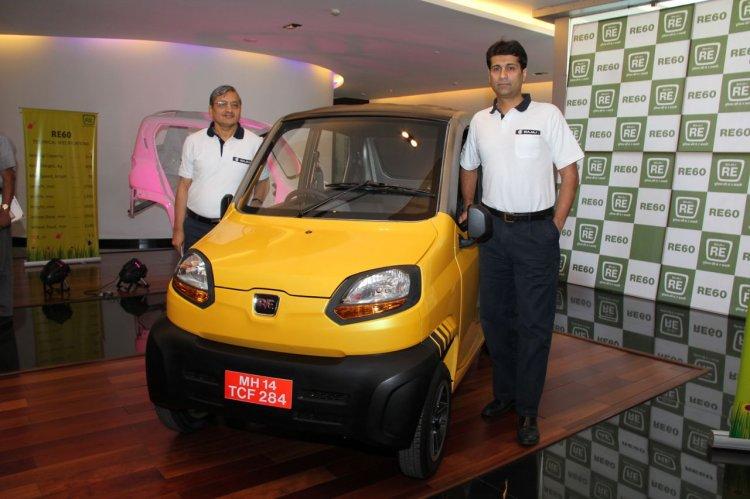 Mr. R C Maheswari, President and Mr. Rajiv Bajaj MD, with the Bajaj RE60