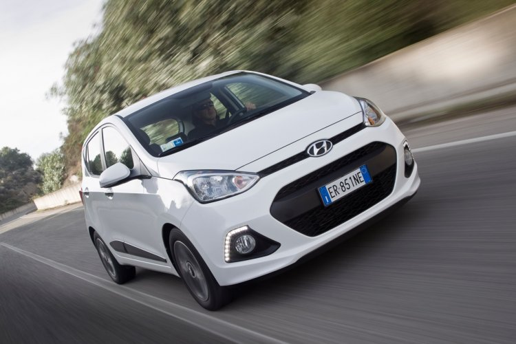 2014 Hyundai i10 UK spec front three quarters