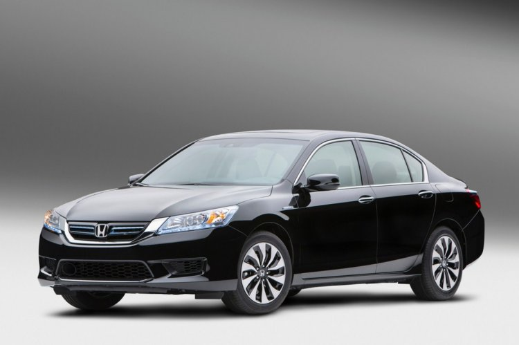 2014 Honda Accord front three quarter press shot
