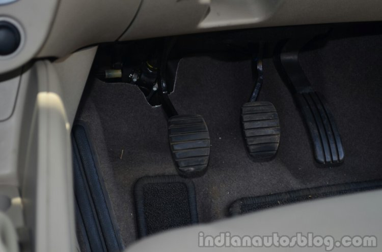 2014 Renault Fluence facelift review pedals