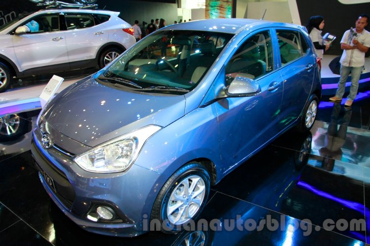 Hyundai Grand i10 front three quarters right at the 2014 Indonesia International Motor Show