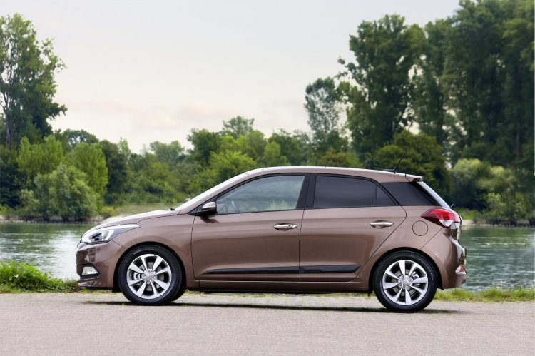 2015 Hyundai i20 Europe press shot side