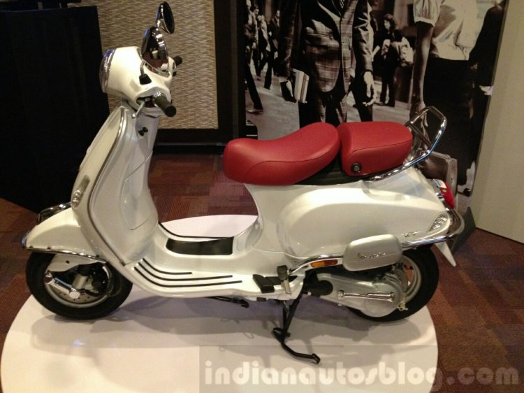 Vespa Elegante showcase side