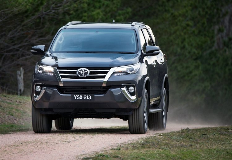 2016 Toyota Fortuner headlight revealed Australian spec