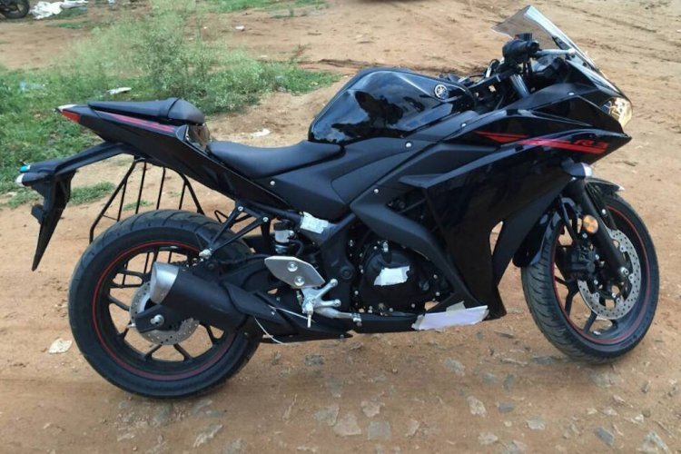 2015 Yamaha R3 CKD-spec side with saree guard spotted