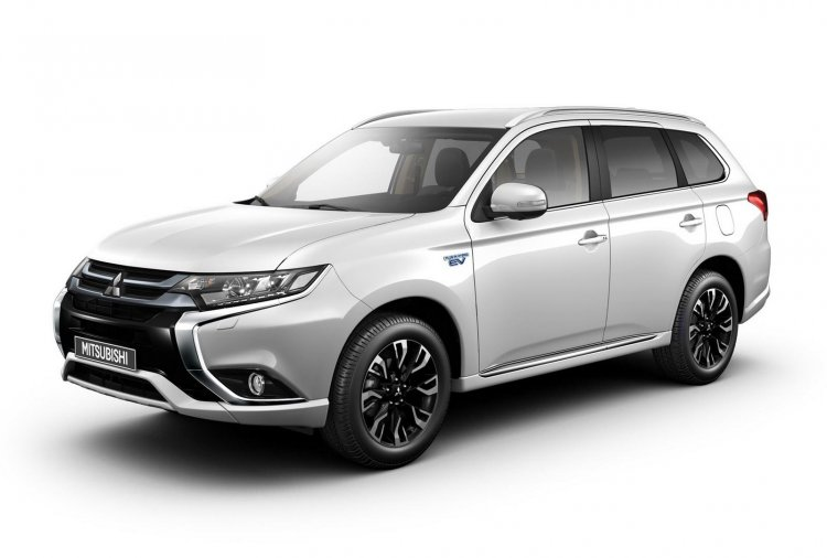 2016 Mitsubishi Outlander PHEV front three quarter debut in Frankfurt