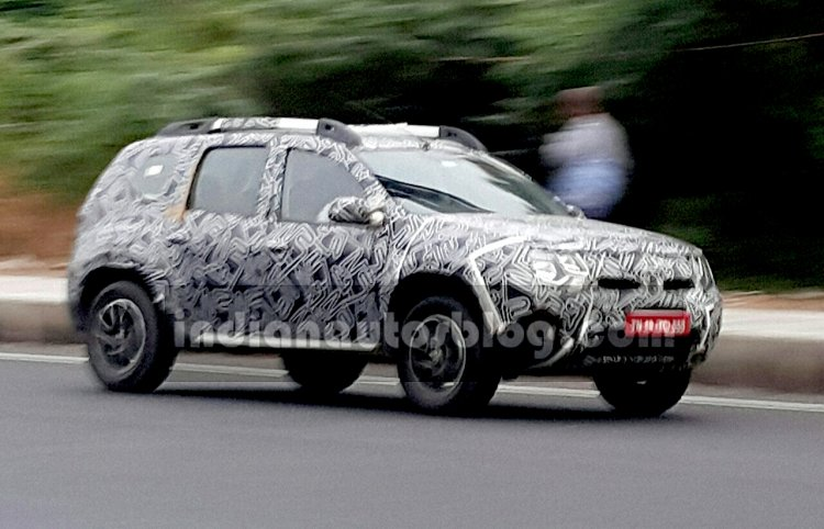2016 Renault Duster (facelift) front three quarter snapped by IAB reader