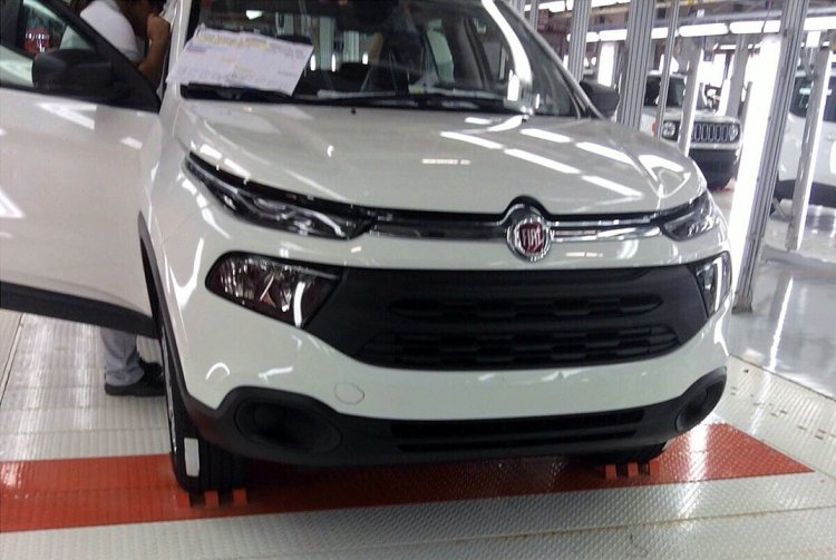 Fiat Toro front snapped undisguised on assembly line