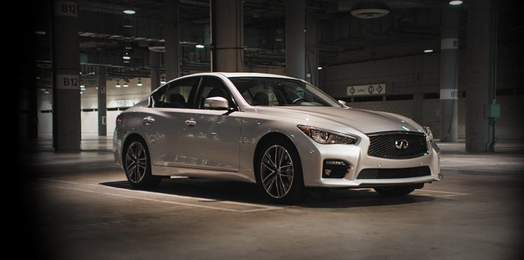 2015 Infiniti Q50 front three quarters right
