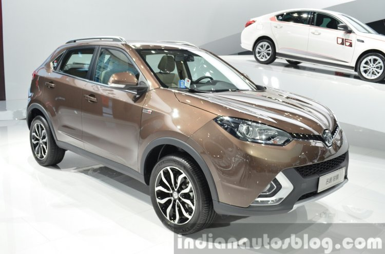 MG GS front three quarters right at 2015 Shanghai Auto Show