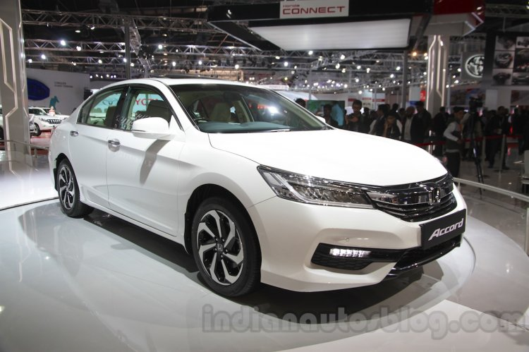 2016 Honda Accord Hybrid front three quarter at the Auto Expo 2016