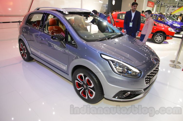 Fiat Avventura Urban Cross front three quarters at Auto Expo 2016