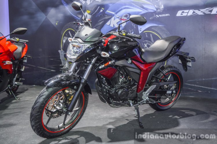 Suzuki Gixxer rear disc brake variant front quarter at Auto Expo 2016