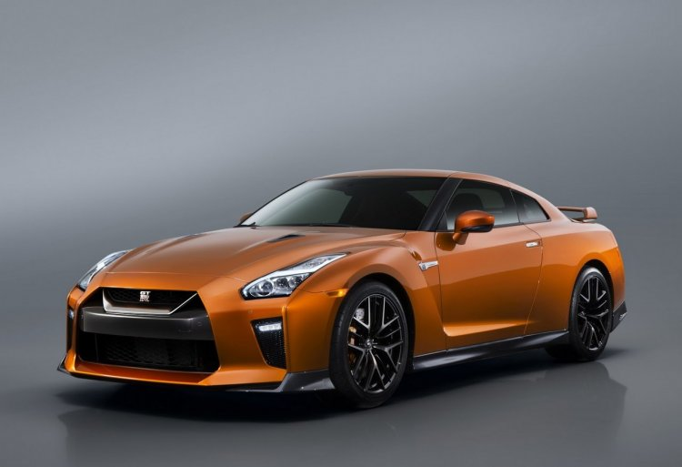 2017 Nissan GT-R front three quarters
