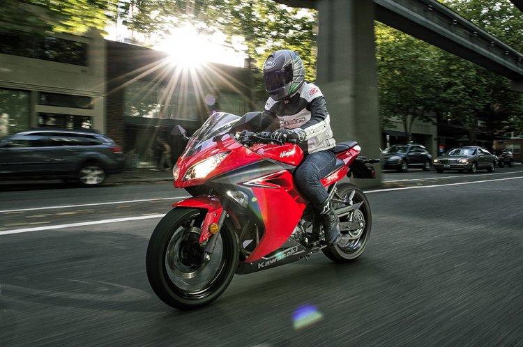 2017 Kawasaki Ninja 300 front three quarter motion