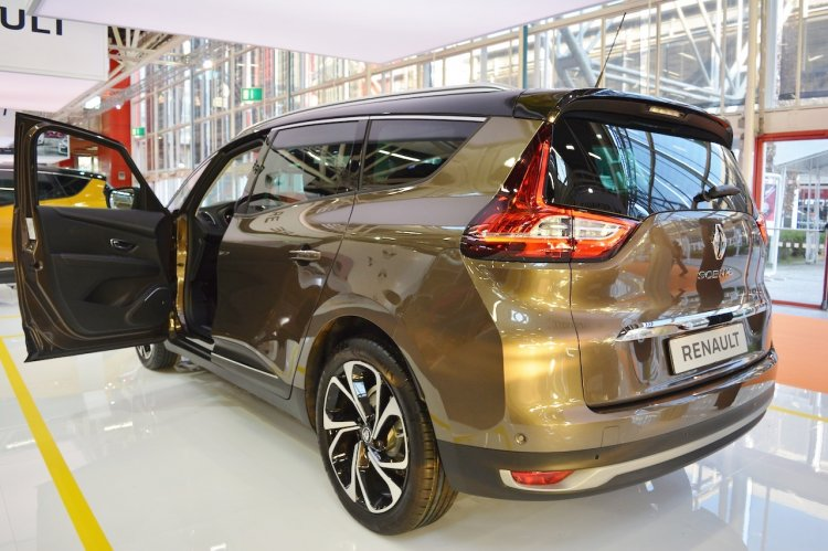 2017 Renault Grand Scenic rear three quarters at 2016 Bologna Motor Show