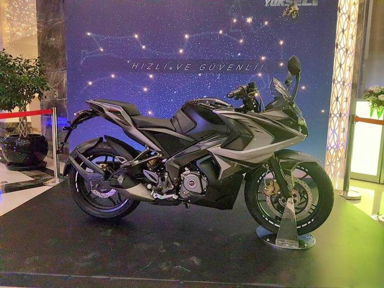 2017 Bajaj Pulsar RS200 grey side