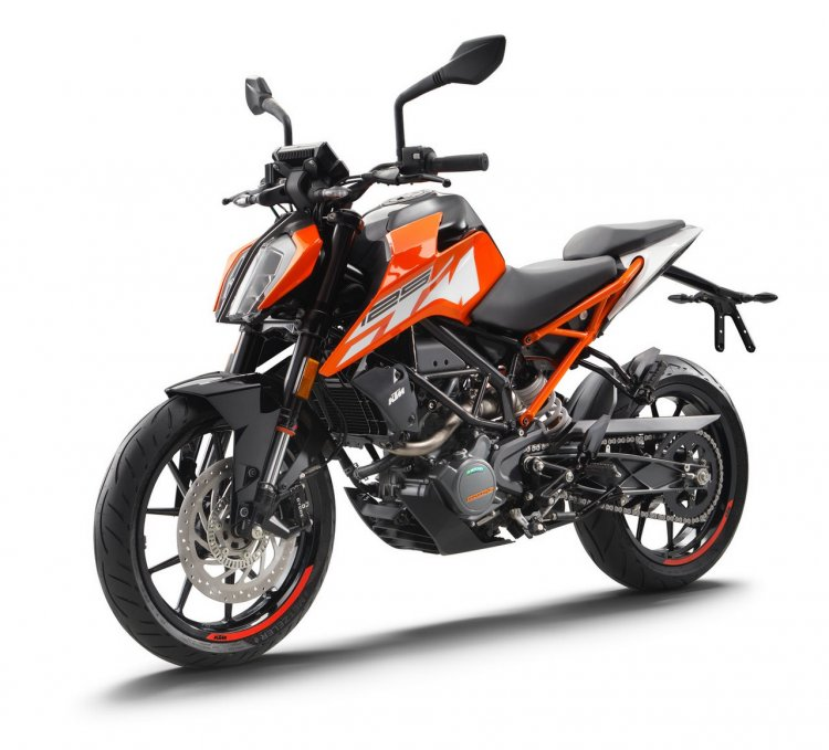 2017 KTM Duke 125 front three quarter