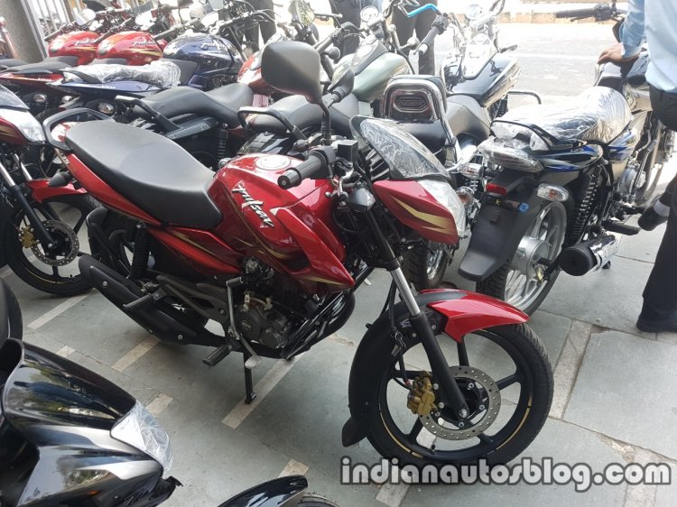 2017 Bajaj Pulsar 135 LS BSIV reaches dealership front three quarter