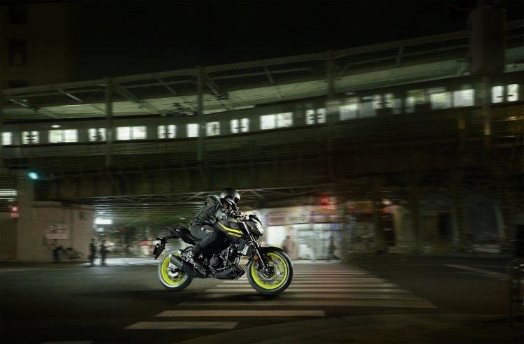 2018 Yamaha MT-03 Europe motion fluorescent side
