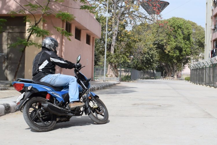 TVS Victor review motion rear three quarter lean