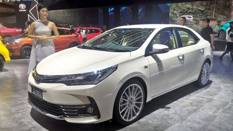 Toyota Corolla Altis special edition at GIIAS 2017 left front three quarters