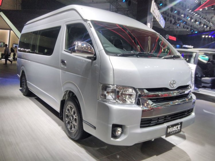 Toyota Hiace Luxury at GIIAS 2017 right front three quarters