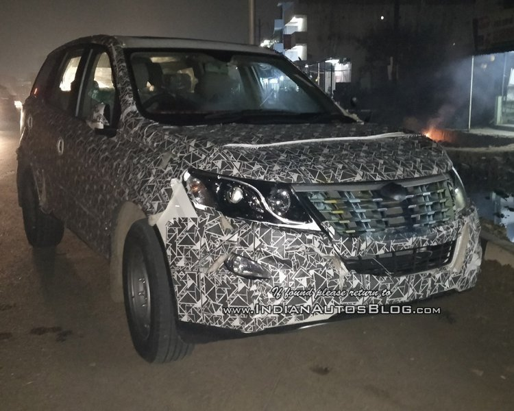 2018 Mahindra XUV500 (facelift) front three quarters right side spy shot