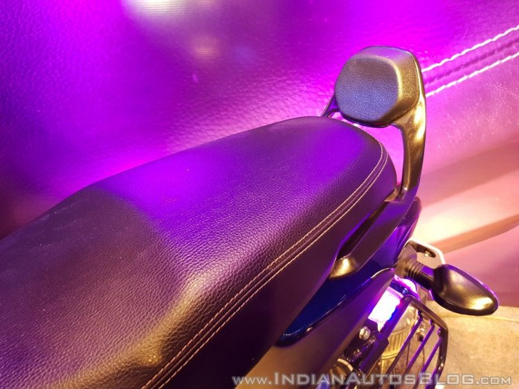 2018 Bajaj V15 unveiled pillion seat