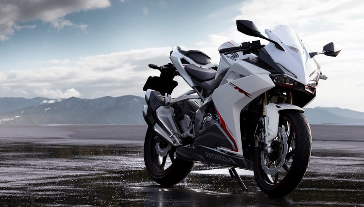 Honda CBR 250RR Pearl Glare White press front angle