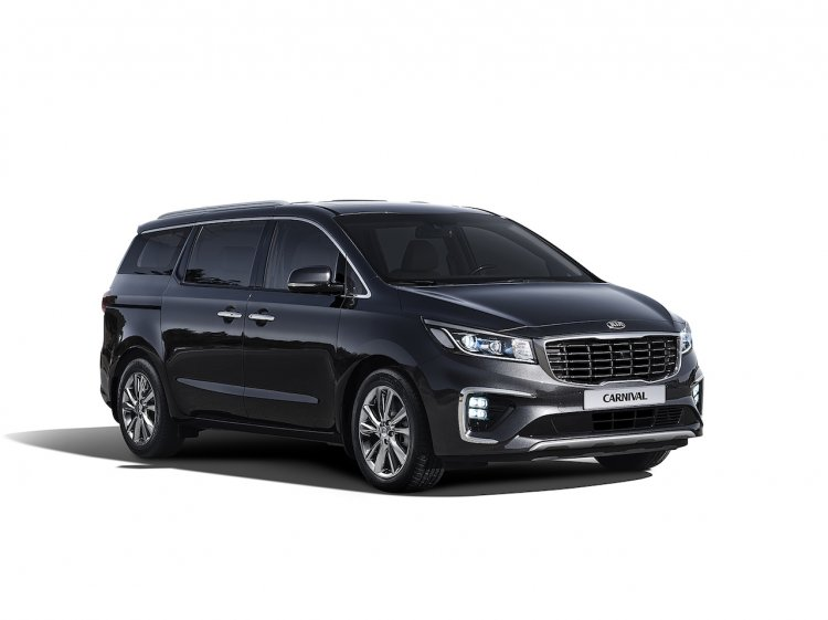 2018 Kia Carnival (facelift) front three quarters