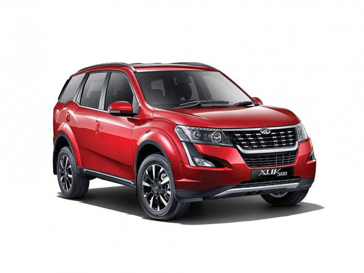 2018 Mahindra XUV500 front three quarters