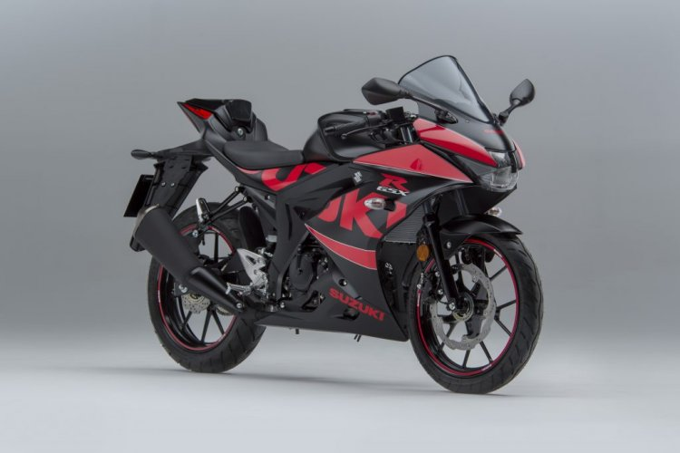 Suzuki GSX-R125 Accessory Pack and Graphics Kit front right quarter