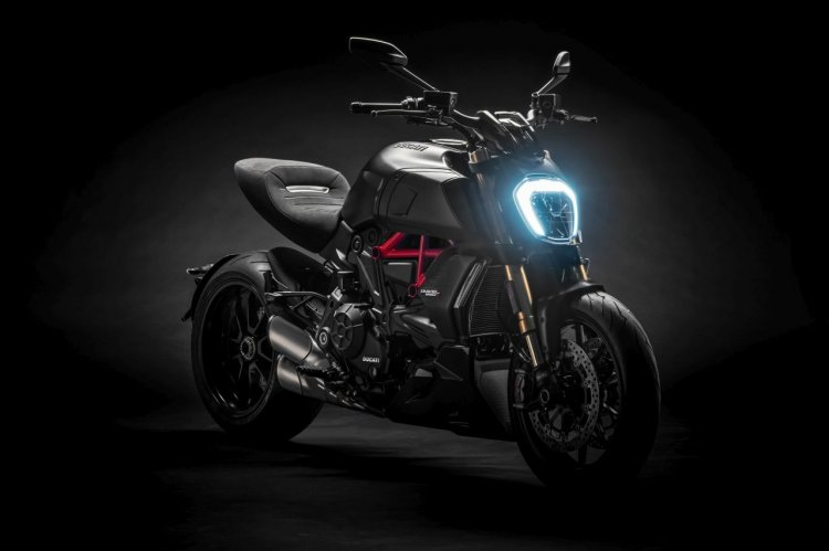 2019 Ducati Diavel S Studio Shots Black Headlight