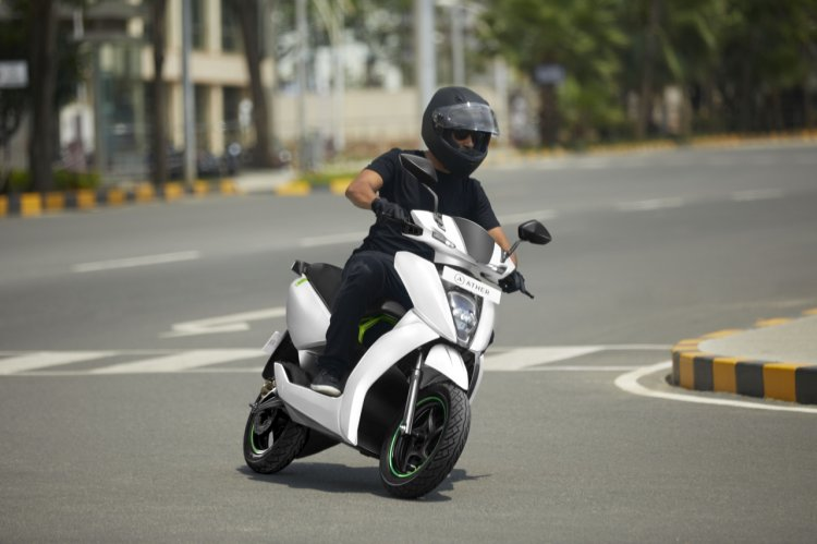 Ather 450 Riding Shot Right Front Quarter